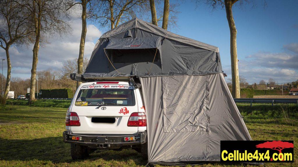 L'annexe de la tente de toit permet à la fois de rajouter de la surface mais aussi de se protéger des intempéries