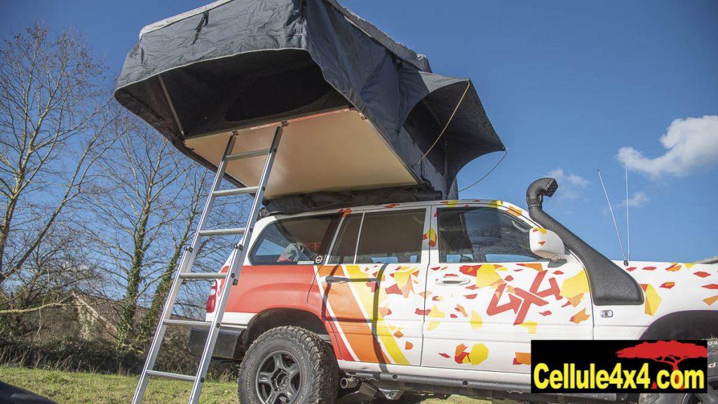 L'accès à la tente de toit se fait avec l'échelle et est protégé par le rebord de la tente