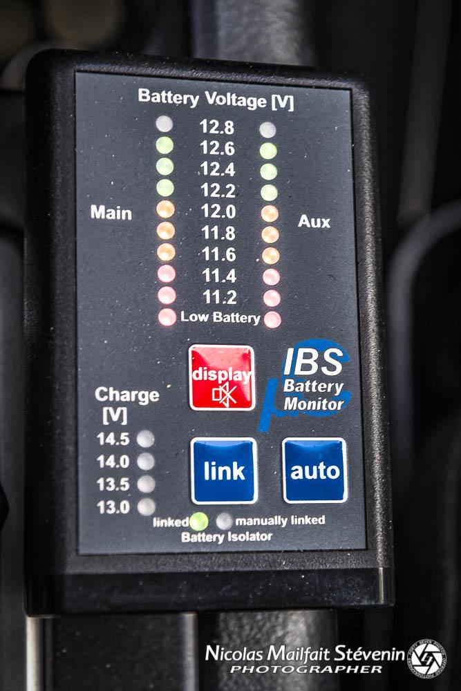 Module de commande du coupleur séparateur IBS : indicateur de charge, bouton pour coupler ou non les batteries, mode auto