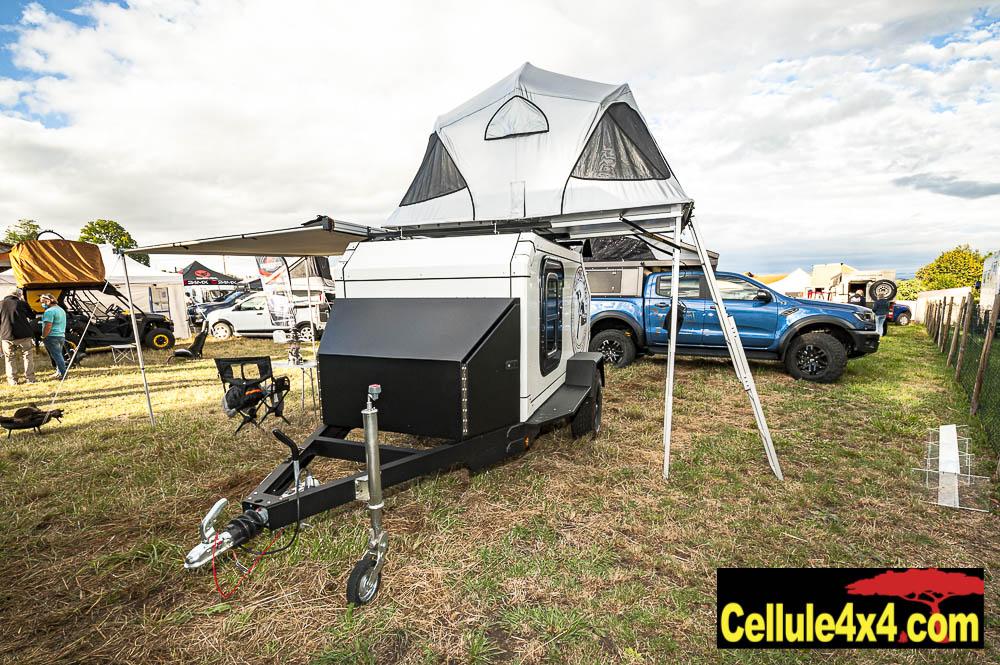 La remorque tout terrain par Globe Camper. Disponible en version nue, ou complètement aménagée. Ici une tente de toit James Baroud a été rajoutée. On peut donc y dormir à 4 adultes.