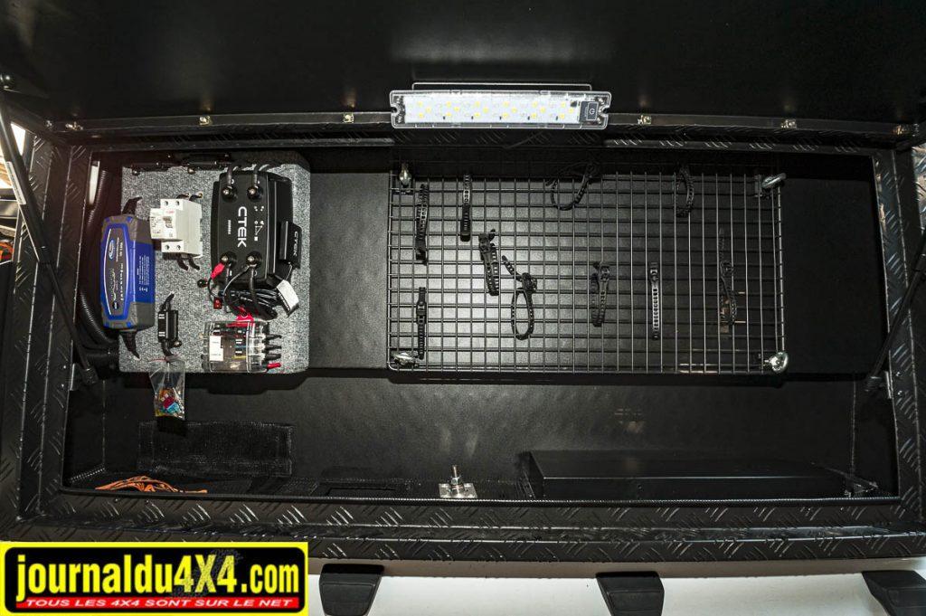 Dans ce coffre de rangement, on trouve aussi a partie électricité et gestion des panneaux solaires de la cellule