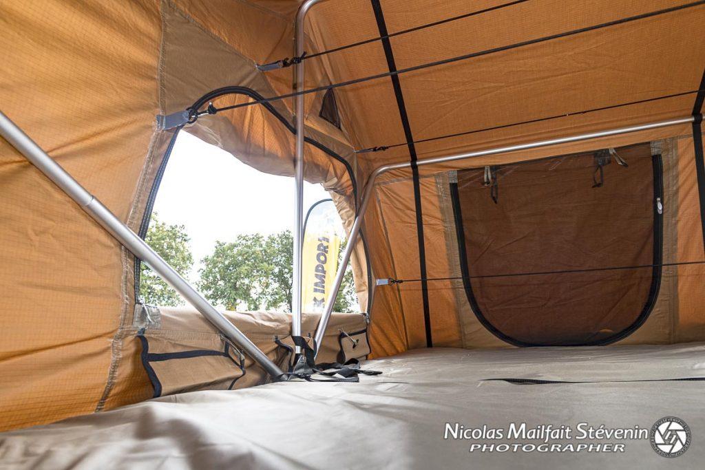 L'intérieur de la tente ARB Simpson 3 avec les armatures et les fils élastiques pour maintenir la toile