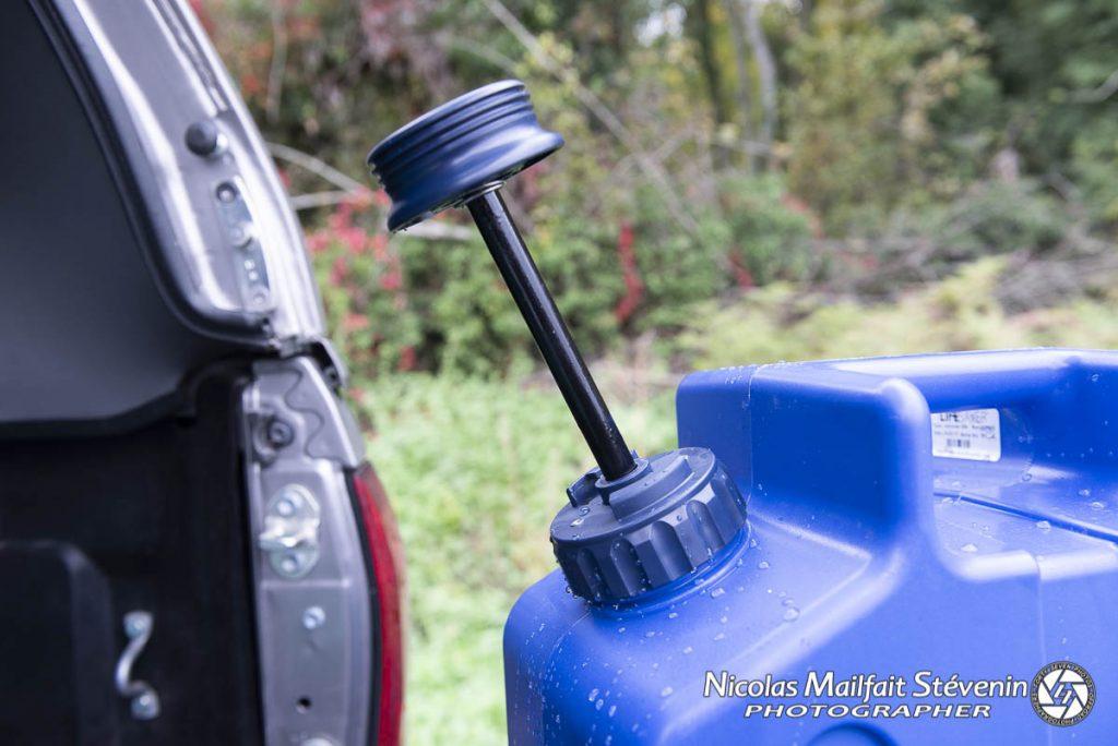 Remplissez, mettez sous pression avec la pompe manuelle et il ne reste plus qu'à ouvrir le robinet pour avoir de l'eau filtrée