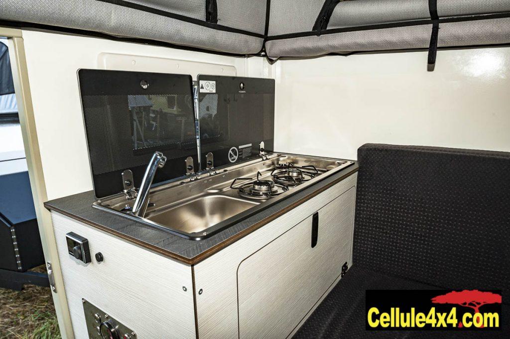Le meuble cuisine avec évier et réchaud à deux feux dans la Globe 360 Doka