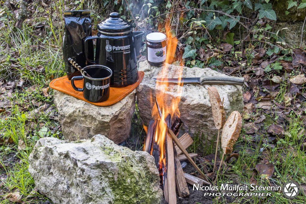 Préparation du feu et des tartines grillées