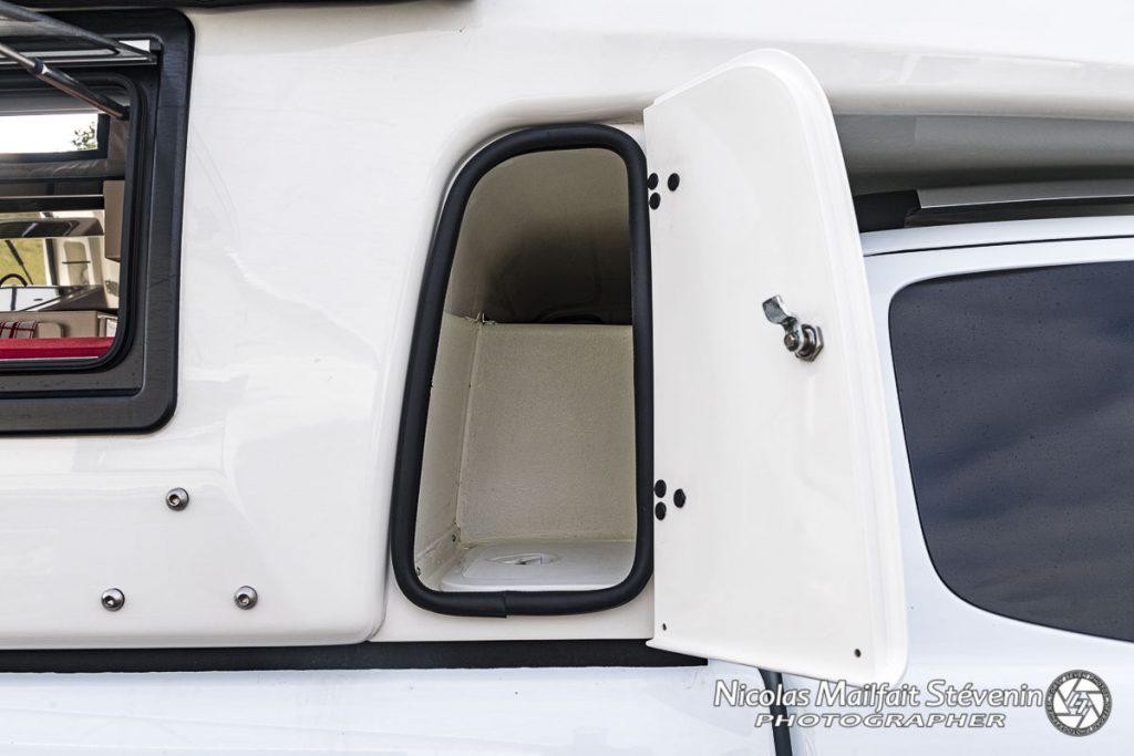 Ce coffre fait la jonction sur les cabines approfondies et la cellule, c'est un espace de rangement supplémentaire, attention uniquement sur Xtra Cab
