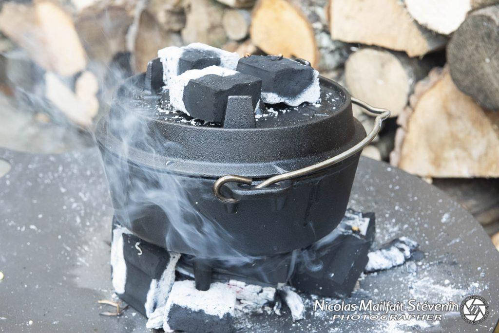 cuisson sur la plaque avec des briquettes sous et sur la cocotte