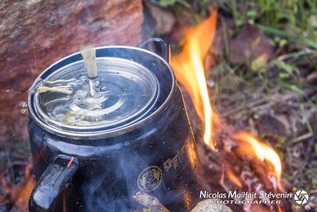 L'eau bout et jaillit par le petit tuyau pour ensuite passer par le filtre à café