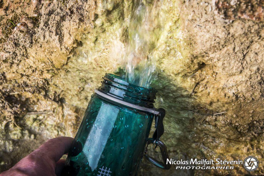 Même si l'eau paraît pure et que nos sommes dans ce cas en France, il peut y avoir des bactéries que la gourde va filtrer.