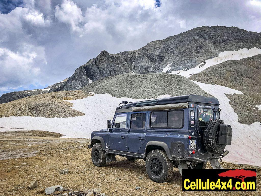 Un Defender en voyage à la montagne