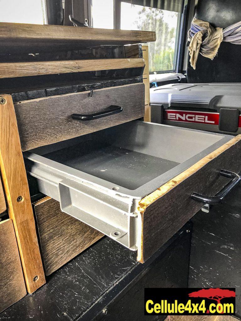 Les tiroirs sont faits avec des bacs et des chutes de parquet pour la façade