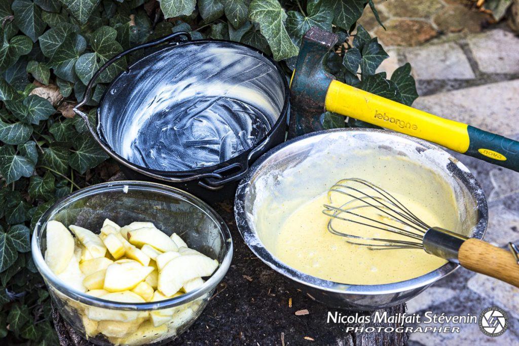 Les ingrédients pour le gâteau, ici la pâte est déjà prête et la cocotte beurrée