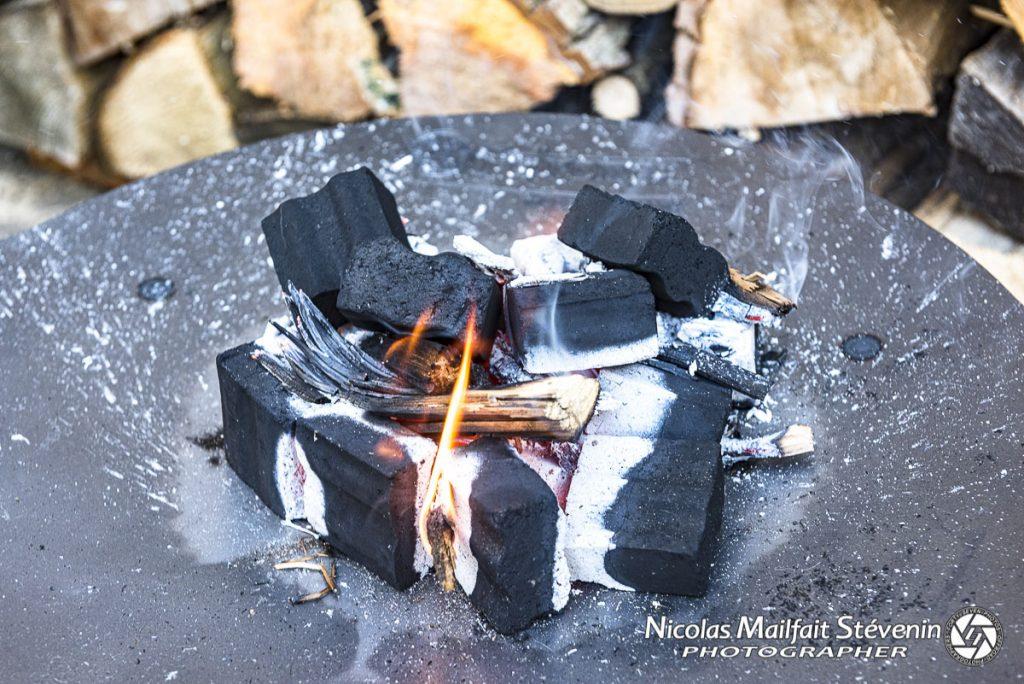 On prépare le feu avec des cubes sur le braséro Petromax