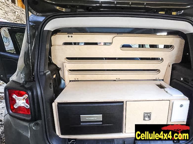 Une malle de rangement, un frigo, douchette et un couchage, tout ça dans une Jeep Renegade
