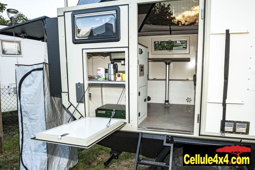 La trappe permet d'accéder à une cuisine d'été