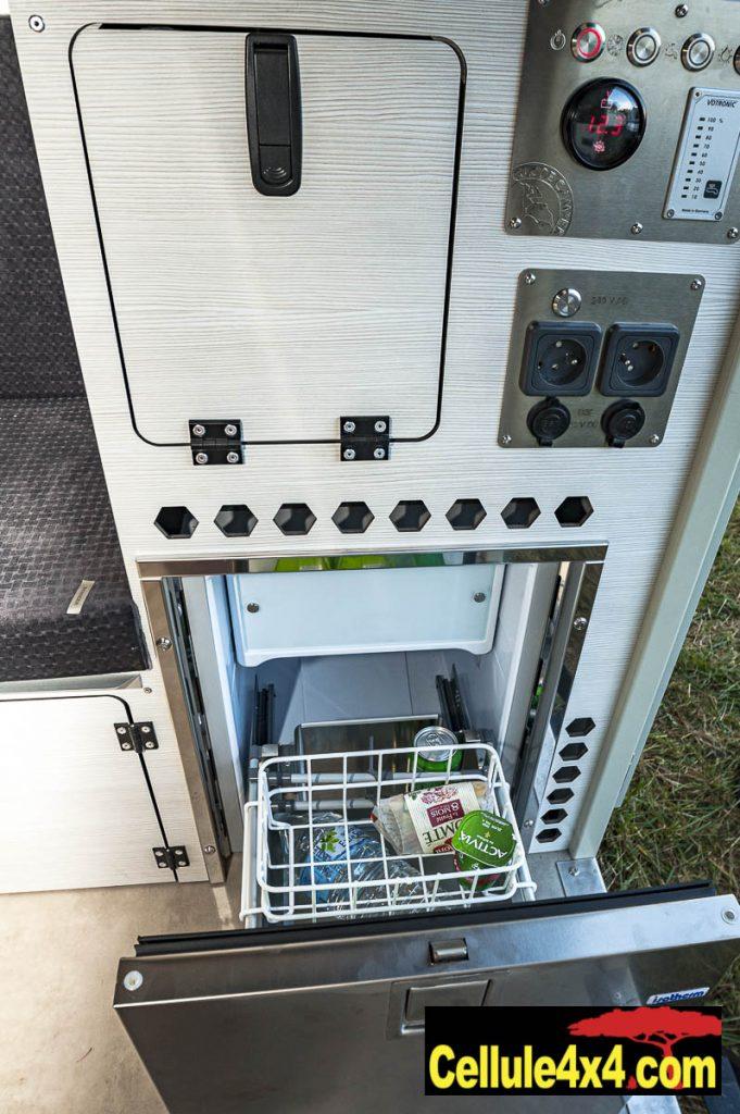 Le frigo, la jauge pour l'eau, et le panneau de contrôle