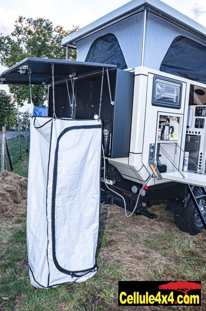 Un grand coffre est proposé en option, il peut aussi être équipé avec cette cabine de douche