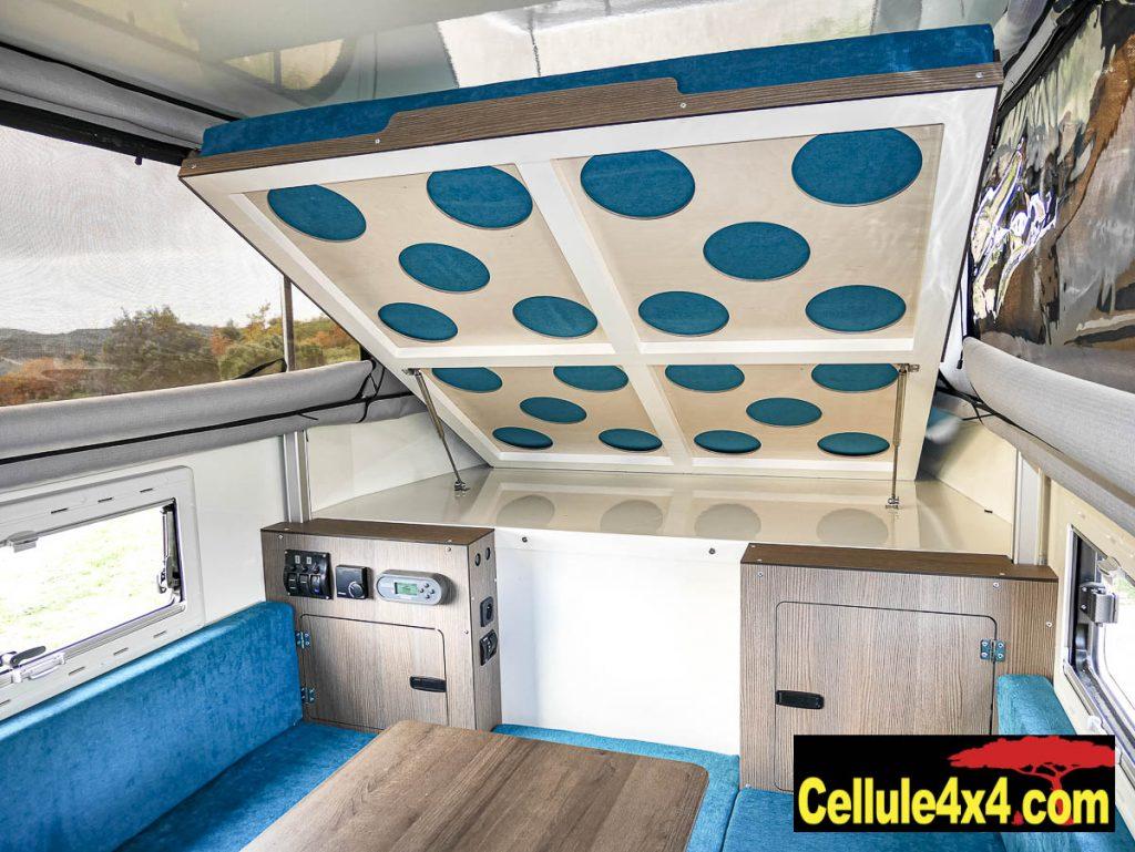 Le grand lit en position relevée d&gage l'espace dans la cellule