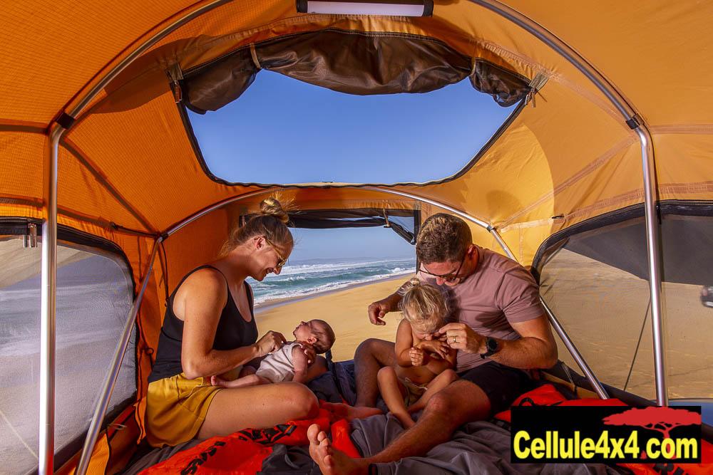 On voit bien la large fenêtre dans le toit et l'armature intérieure en tube qui sert à maintenir la tente de toit