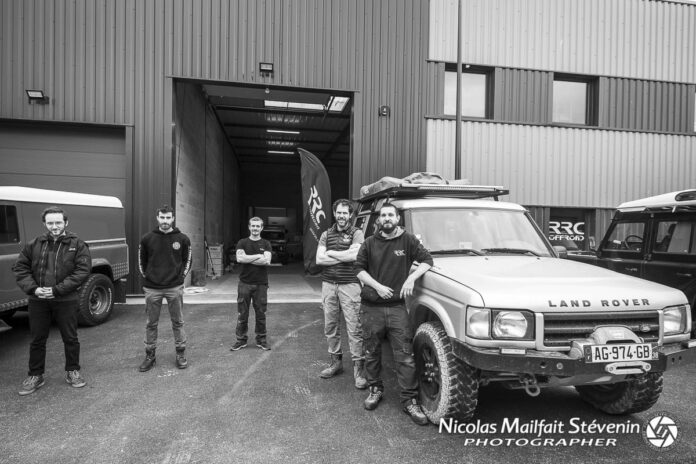 L'équipe RRC Offroad devant ses nouveaux locaux : William, Félix, Corentin, Rudy, Quentin