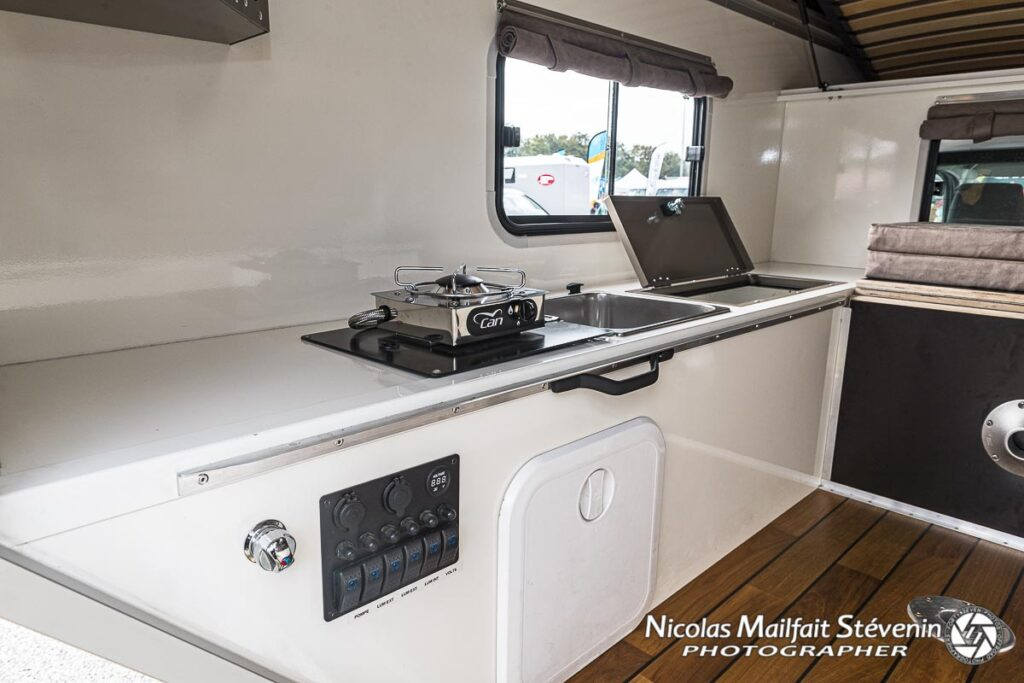 La partie cuisine et évier, notez que la table et les coussins peuvent être transformé en lit en position basse