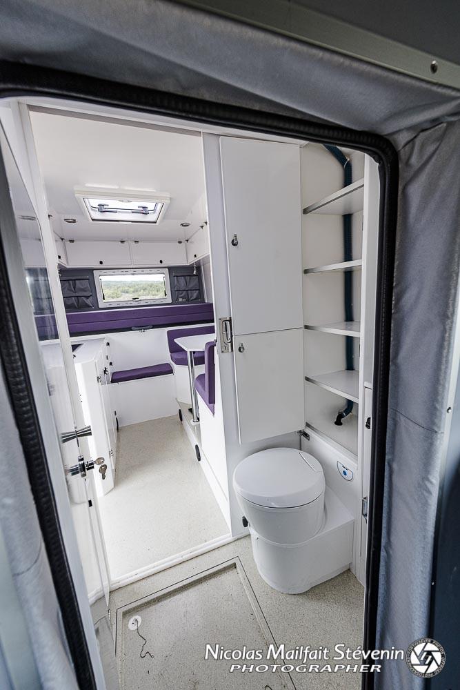 cabinet de toilette avec douche, lavabo et wc