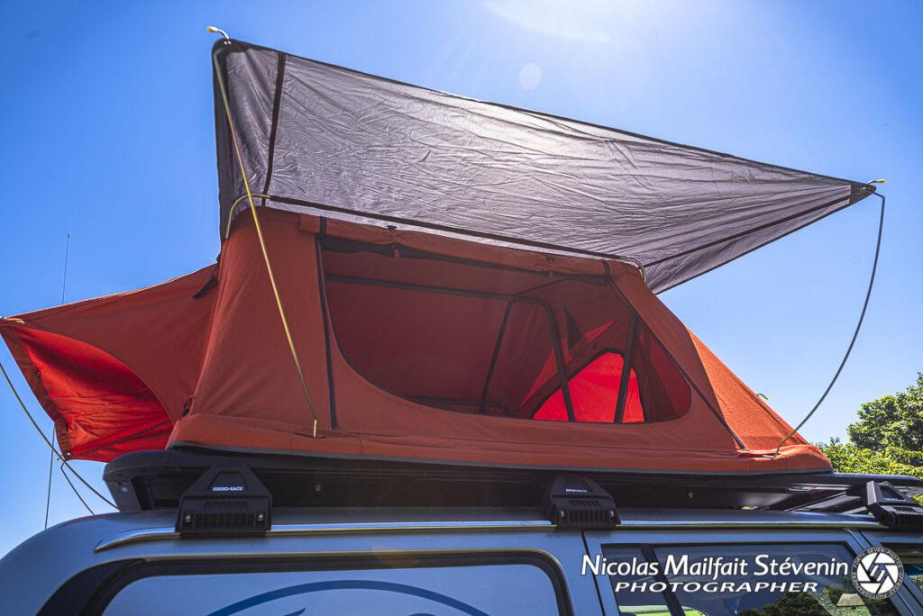 La tente dispose de trois fenêtre avec occultant et moustiquaire