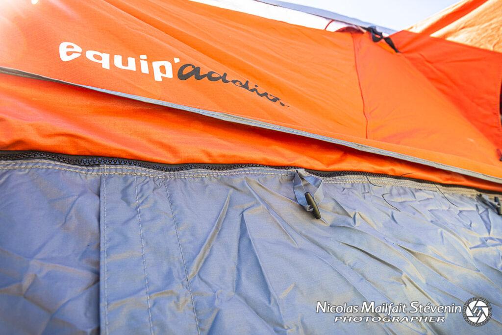 Pour rajouter l'annexe, il suffit de la zipper sur le pourtour de la tente
