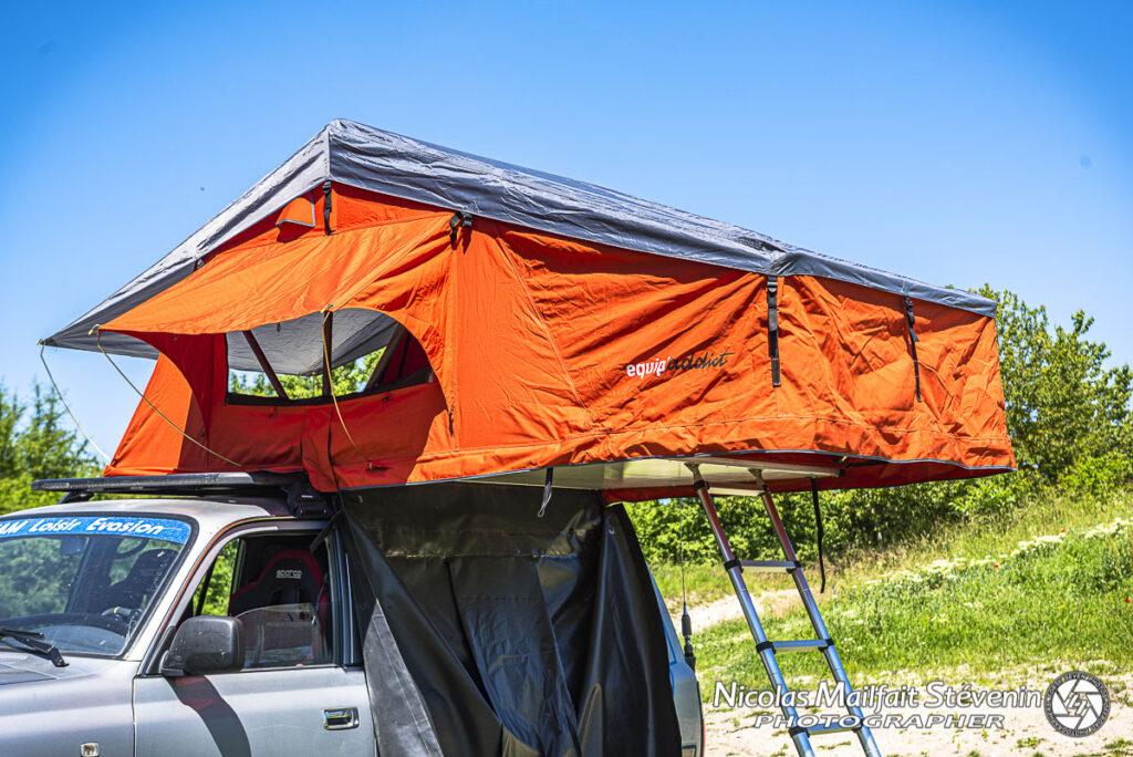 La tente est fixée sur la galerie Rhino Rack