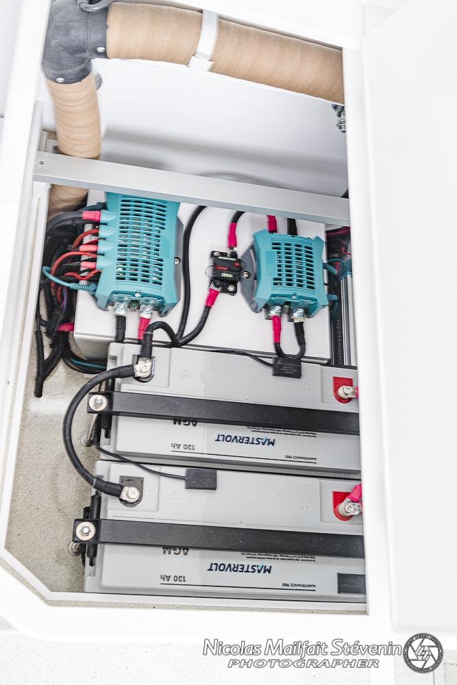 les deux batteries AGM et les boitiers Mastervolt