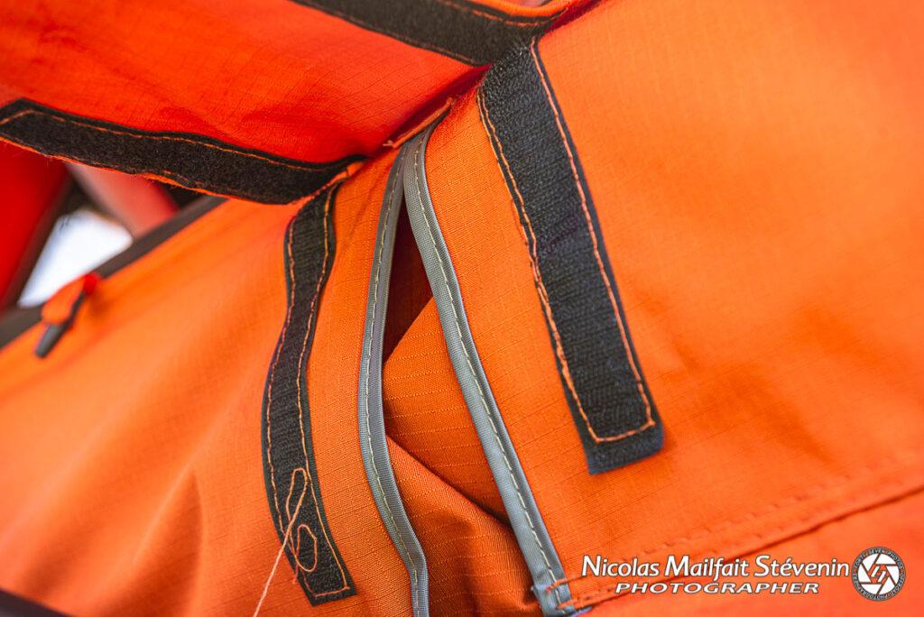 Des velcros pour maintenir la patte de protection anti pluie de la charnière