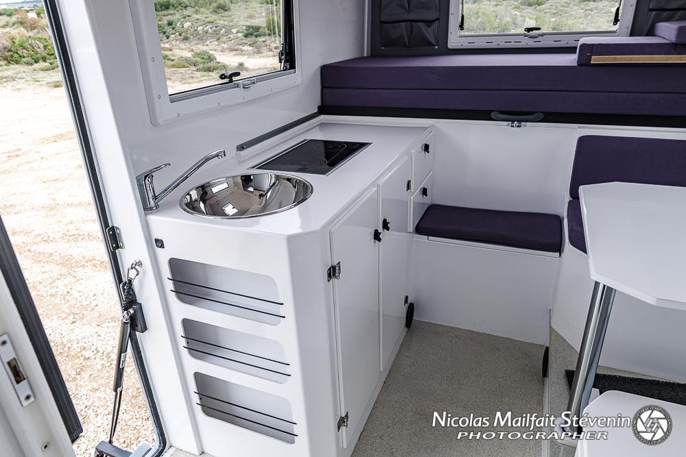 rangements, évier, placards et plaque de cuisson