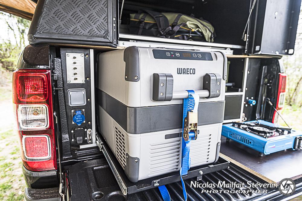 Le frigo est extractible pour y accéder facilement. Sur la gauche les prise 220 V, le tableau électrique, à droite le raccord pour le gonflage