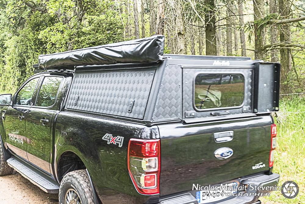 Le hard top Alu Cab Adventure dispose de deux ouvrant papillon sur le côté et d'un haillon à l'arrière qui permet d'avoir un emplacement de chaque côté pour jerrycan ou autre