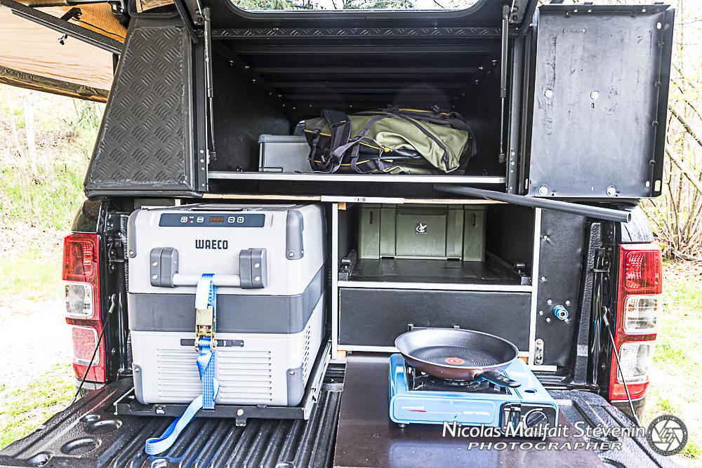 A l'arrière on accède au frigo, on a de quoi préparer à manger et les bagages sont dans la niche au dessus de l'aménagement du Ranger