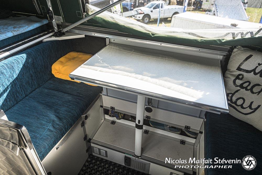 deux banquettes avec dessous des rangements, il suffit de mettre le plateau de la table entre les deux pour faire un lit d'appoint