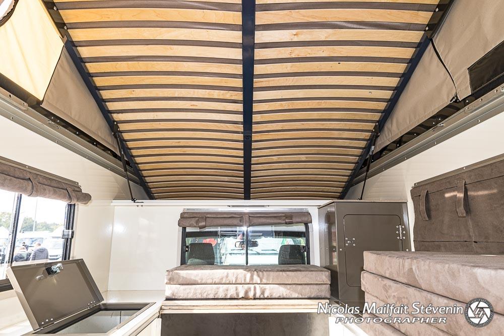 en haut le grand couchage ici en position relevée 155 x 200 et sommier à lattes