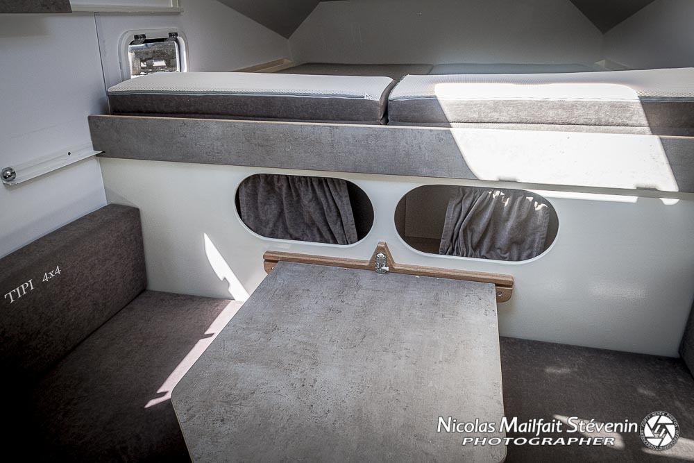 espace lit pour dormir dans la cellule et espace repas