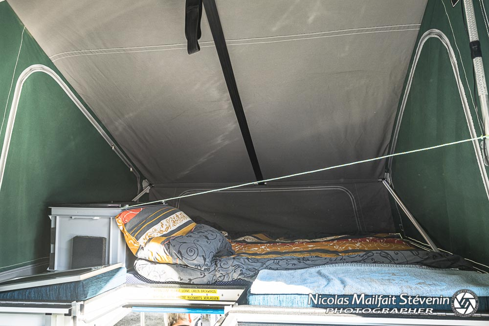 la partie couchage dans le camper, un lit queen size