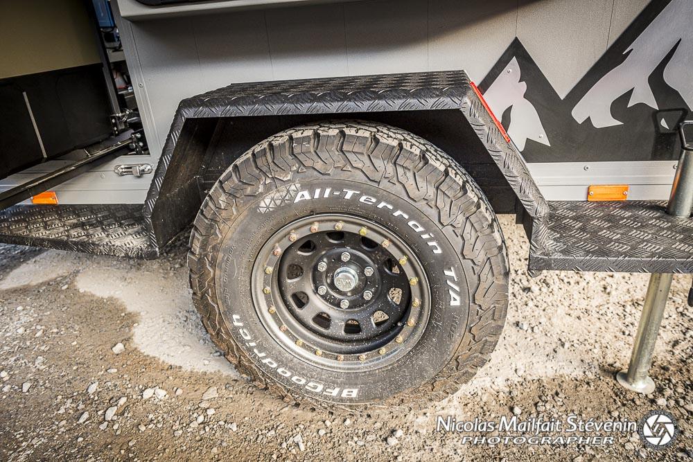 la remorque est montée avec des pneus BF Goodrich AT, elle est équipée de suspensions pour le côté off road et franchissement