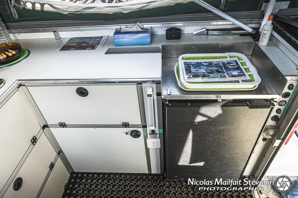 le frigo 100l et la plaque à gaz peut se mettre sur le dessus, à Valloire elle avait été installée sur une table en extérieur