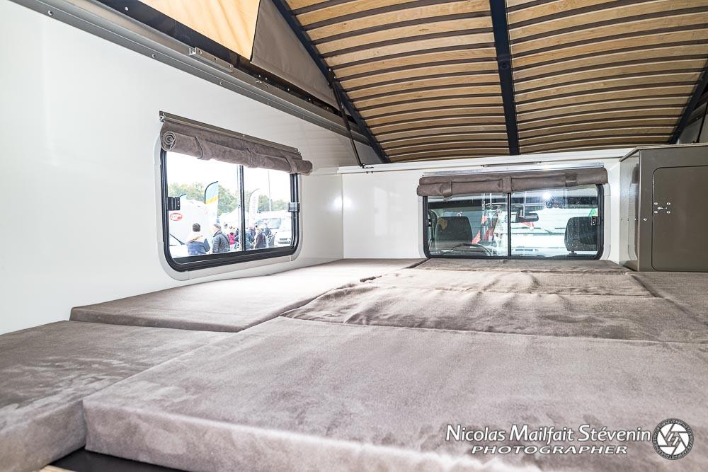 le lit du bas une fois la table et les coussins installés