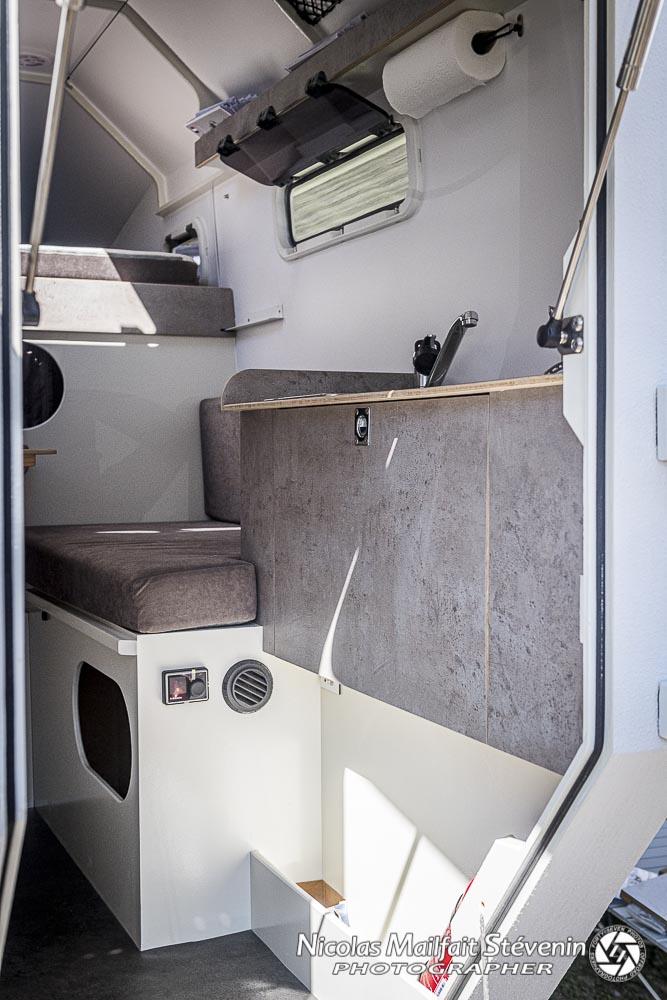 sur la droite en entrant dans la cellule l espace cuisine, on voit aussi un bac de rangement au sol