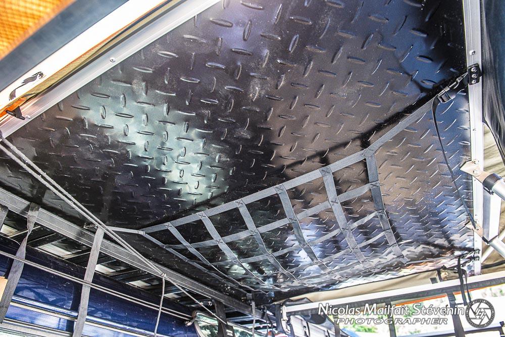 On voit bien le renfort en aluminium sous le sol de la tente et le filet qui sert à ranger chaussures, veste, etc