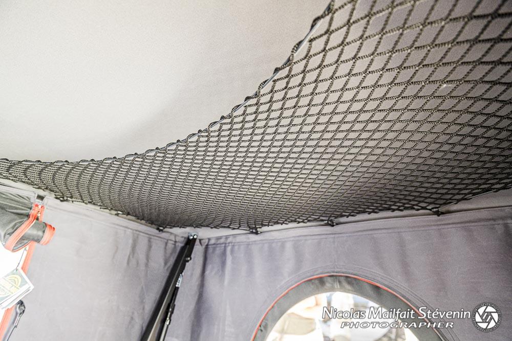 un filet sous le toit permet de ranger ses vêtements par exemple