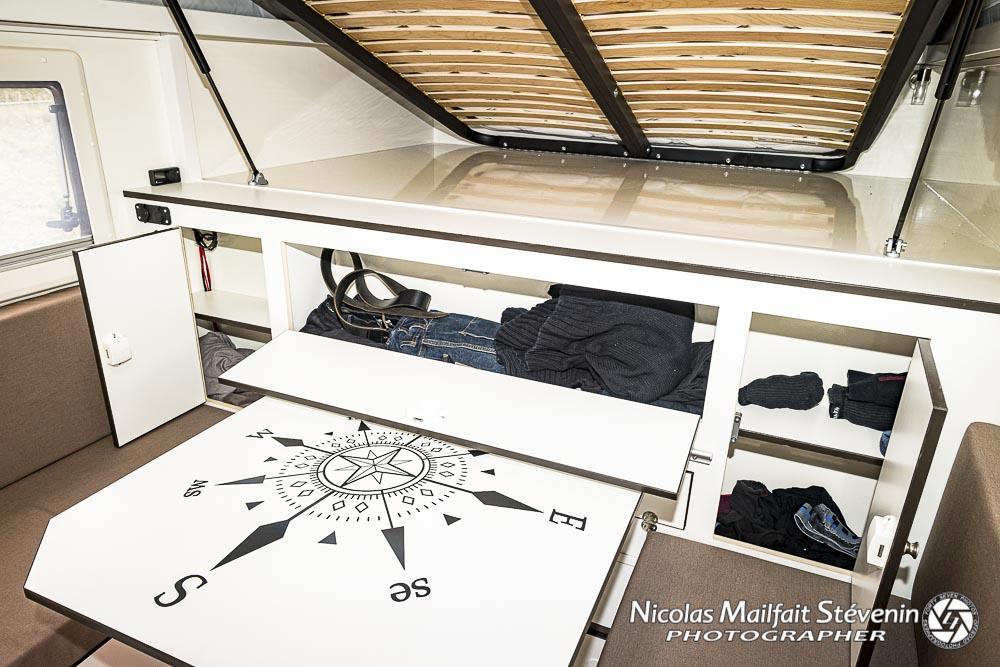 la table et ses deux banquettes se transforme en lit bas, on a aussi des rangements à portée de main