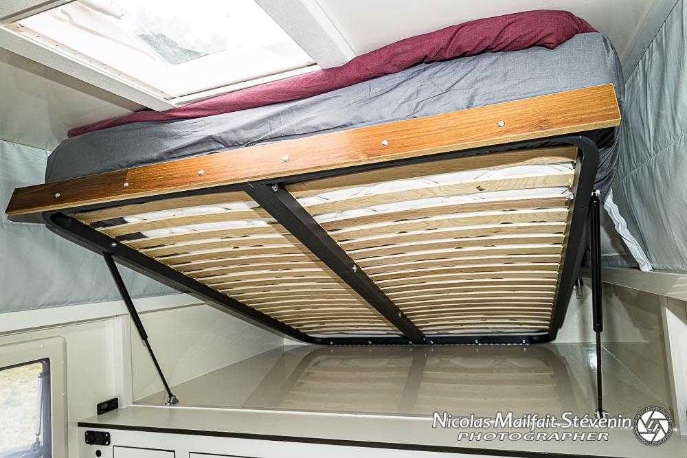 le lit du haut en position relevée