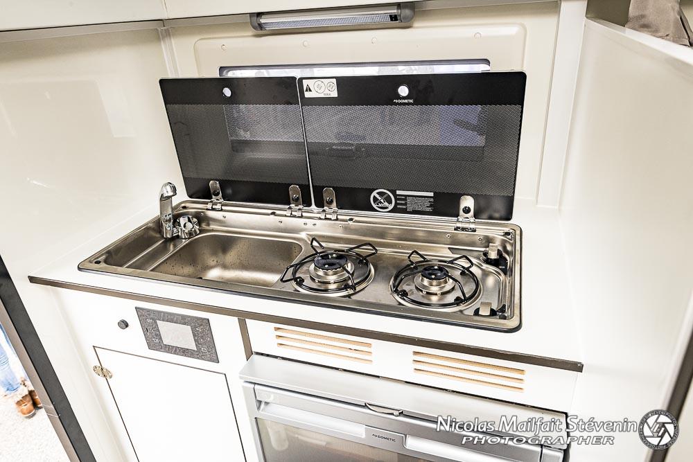 pour la cuisine un large évier et une plaque de cuisson XXL deux feux