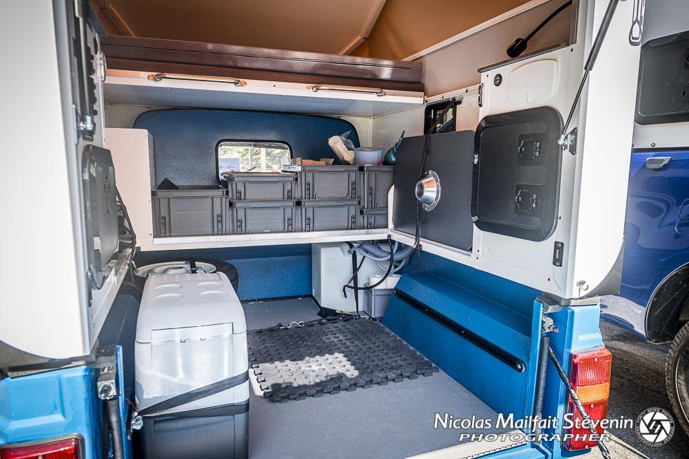 Elle a tout d'une grande cellule : frigo, table, rangements, lit, panneau solaire, etc