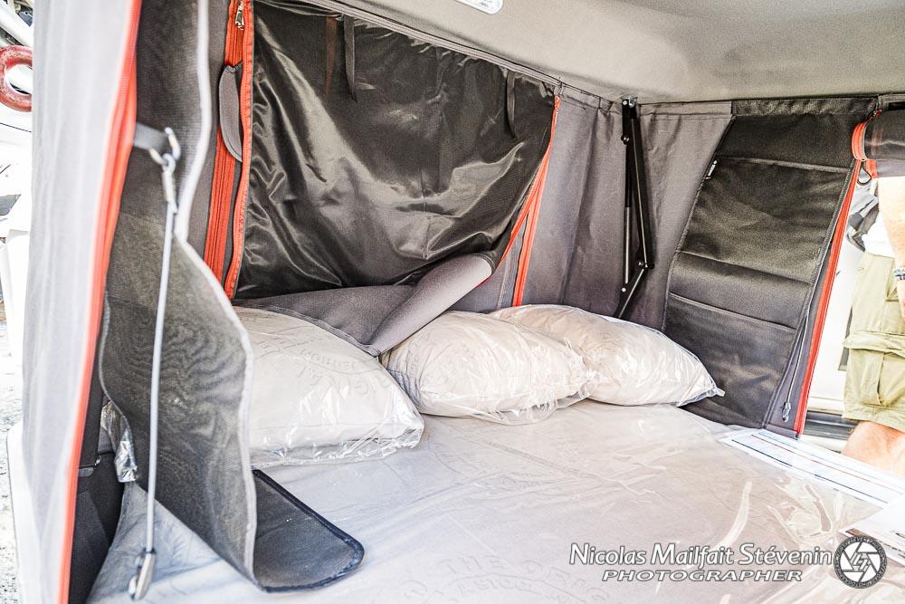 on peut bien sûr laisser matelas, oreillers, couette etc dans la tente même refermée. Selon les modèles on peut dormir à 2 adultes et jusque deux adultes et deux jeunes enfants. On voit aussi les pochettes de rangement (sur le flanc de l'ouverture de droite)